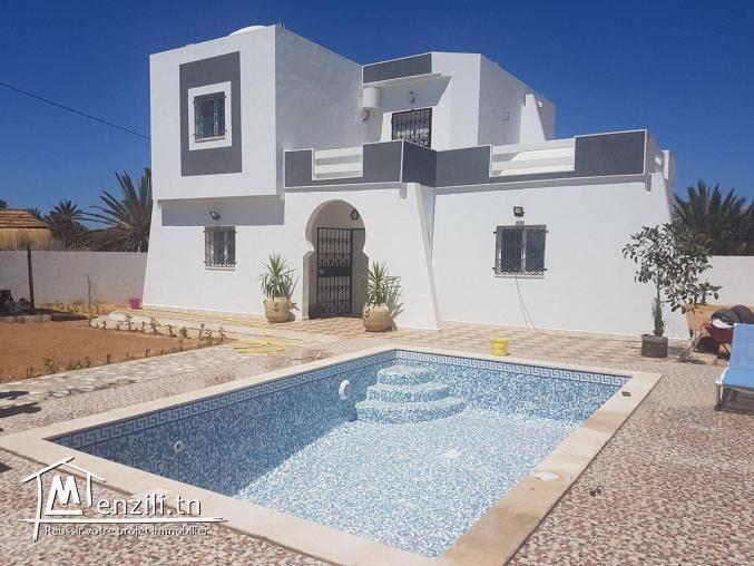 villa avec piscine à la zone touristique
