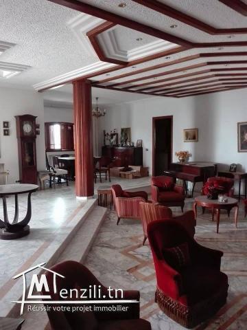 A vendre belle Villa bâti sur un Terrain de 4000m sur la route principal El Ain Km 11.5