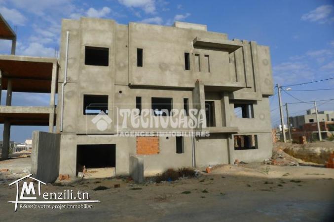 Villa inachevée de 400 m² sur un terrain de 305 m² à Kalaa Sghira