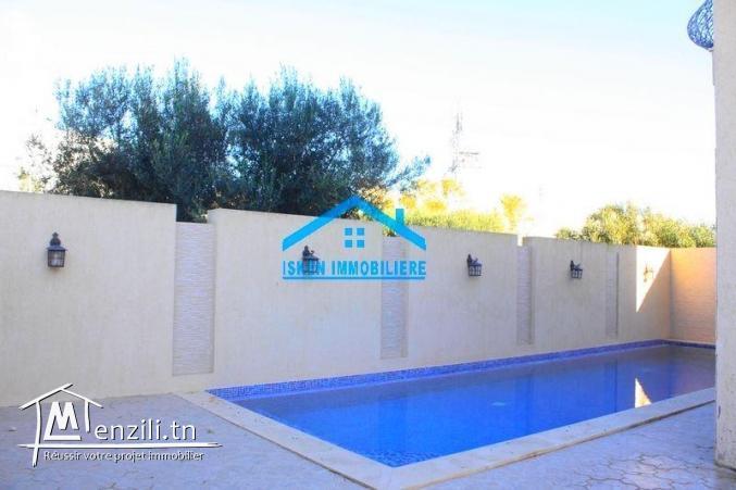 A vendre une villa très haut standing avec piscine