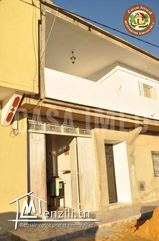 une maison avec garage en plein centre ville à Korba