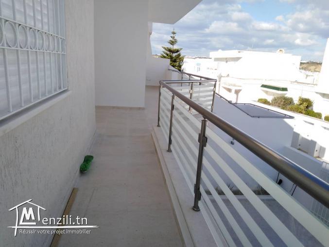 Villa jumelée de 240 m2 sur un terrain de 284 m2 à Menzah 9