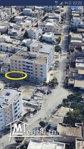 local avec place parking ouvre sur 3 façades au RDC Immeuble R+4 .