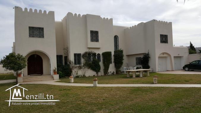 villa 1300m2 Chic et Moderne à La Soukra
