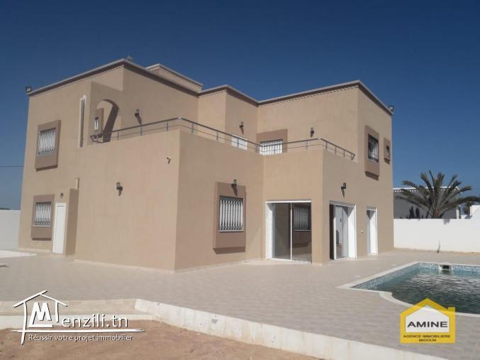 A vendre une grande belle villa avec piscine à Djerba Midoun proche de la mer