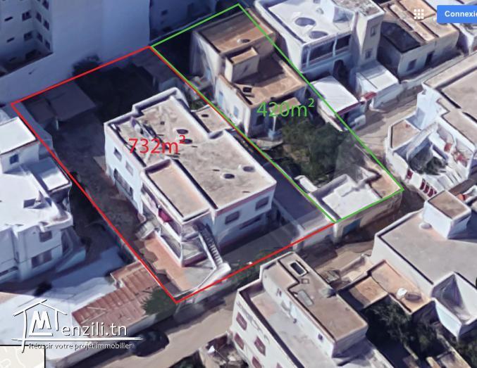 Terrain comprenant une villa avec 2 appartements et un studio
