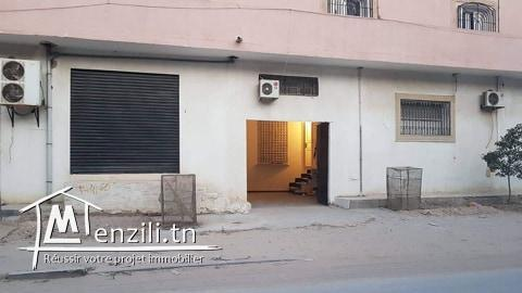 A vendre une villa à deux niveau, érigée sur 633 m2.