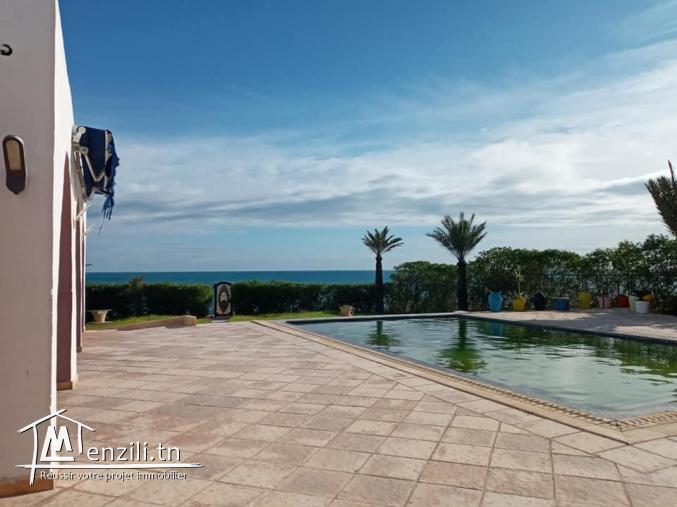 Villa pied dans l'eau avec piscine
