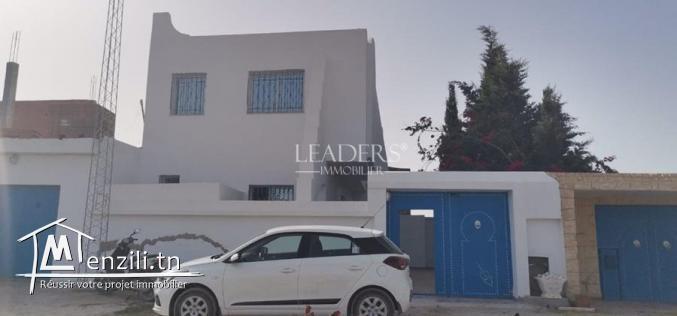 duplex S+2 avec terrasse et abri voiture situé sur l'autoroute à côté de Bir Lobita
