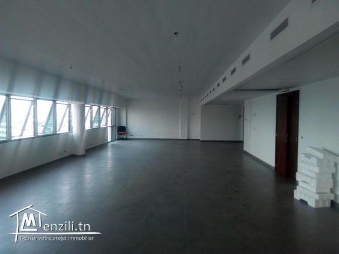 Le 6° étage en open space d'un immeuble de haut standing