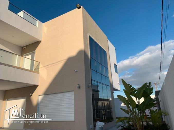 Villa avec piscine de 340m² sur un terrain de 336m² à Hammamet Nord