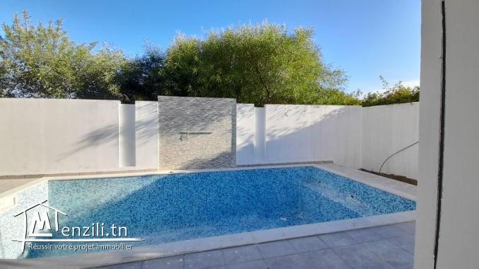 Villa avec piscine de 200m² bâti sur un terrain de 250m² à Yasmine Hammamet