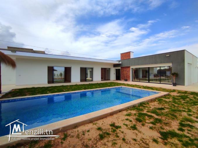 Maison 04 chambres avec piscine et garage a vendre à Djerba