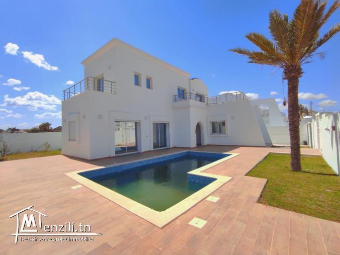 Maison avec piscine 03 suites dans un quartier très recherché plage à pieds