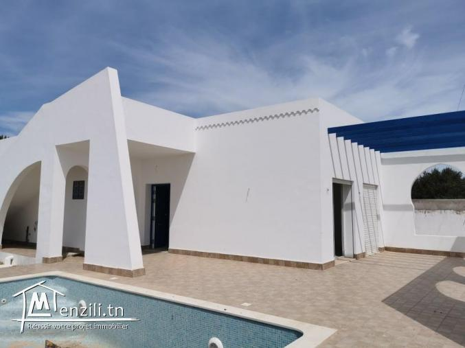 Villa avec piscine de plain-pied V472