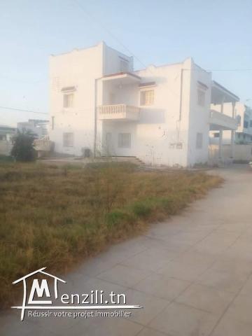 Grand terrain avec 2 maisons et 2 garages